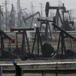 Нефть дешевеет после подорожания в пятницу