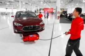 Работники Tesla недовольны
