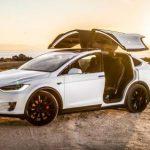 Tesla Model X подняла «крыло сокола» на ходу