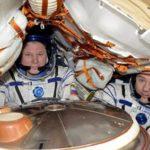 Вернувшийся на Землю экипаж МКС эвакуируют из спускаемой капсулы