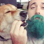 Зеленобородый музыкант с необычным инструментом и его пес покорили интернет