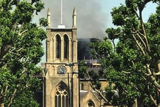 «Такое увидишь не каждый день»: десятки зевак следят за пожаром в Лондоне