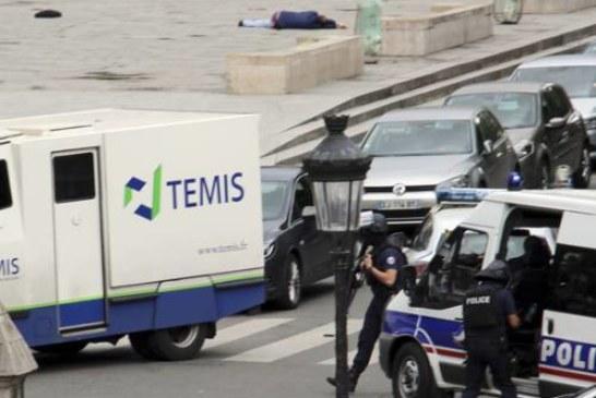 Новый теракт в Европе: полицейский ранен у Собора Парижской Богоматери