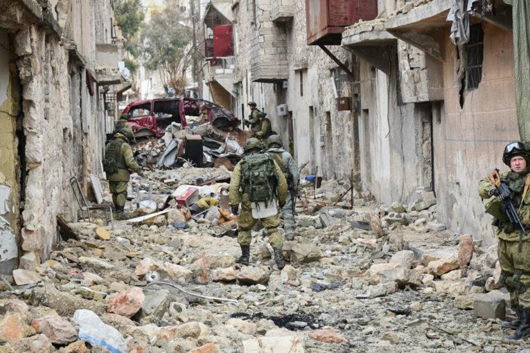 В Сирии в результате атаки боевиков в провинции Дейр-Эз-Зор погибли четверо российских военнослужащих, еще трое получили ранения.