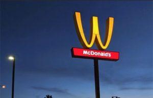 McDonald's впервые в истории изменил логотип в честь 8 Марта